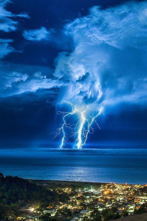 Éclairs au dessus du Pacifique en Californie