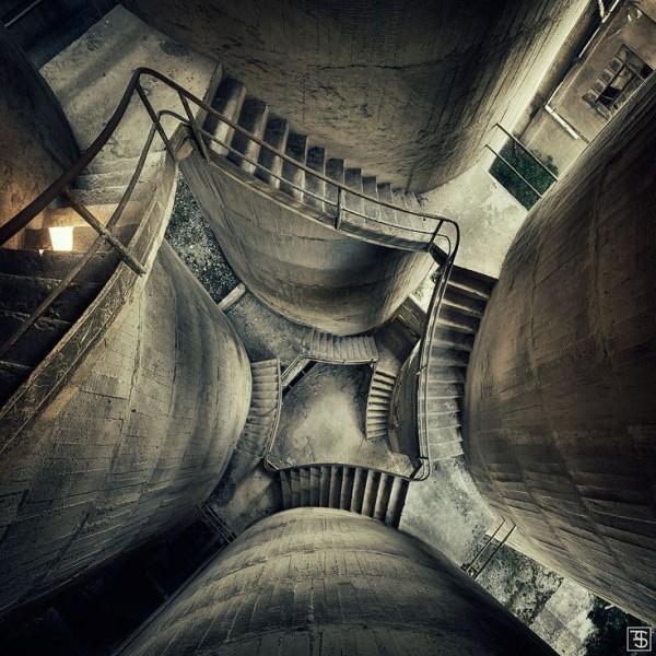 Escaliers d'une usine désaffectée