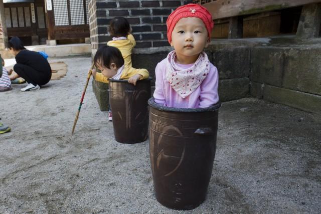 Enfants coréens... dans leurs pots!