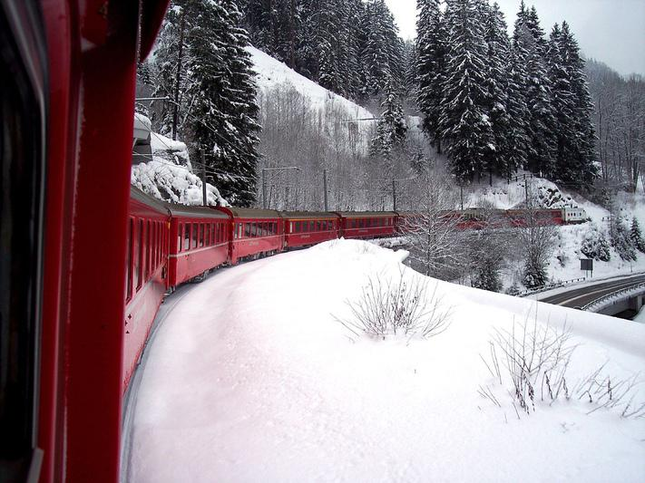 Train dans les vallées suisses enneigées