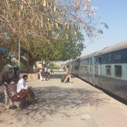 train inde campagne gare